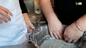 Mettre un film plastique sur le saladier pour laisser reposer la pâte à galettes.